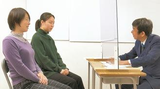 鈴木さん(中)とお母さん、小村代表