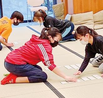 相手より早く札を払う矢島さん(前方左)