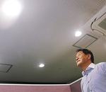自家発電を利用した照明を見上げる千田社長