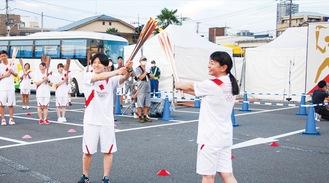 ▲この日の最終ランナーとなった中村さん(右から2人目)に聖火がつながれた