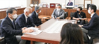 阿部裕行・多摩市長(中央)らに着任を報告するセンターの新しい三役(先月・左側の3人)