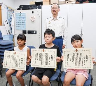 感謝状を受ける3人(左から川上さん、翔さん、茉奈さん)