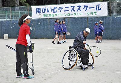 プロの指導でテニス楽しむ