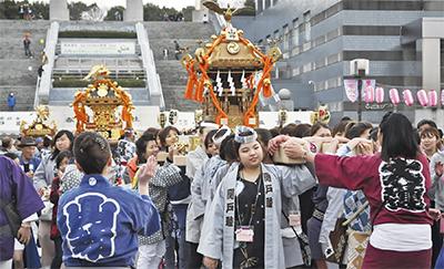 圧巻の神輿パレード