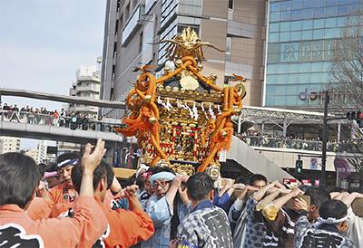 神輿の渡御に大歓声