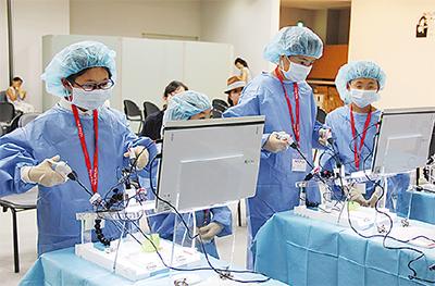 実際の手術器具で体験