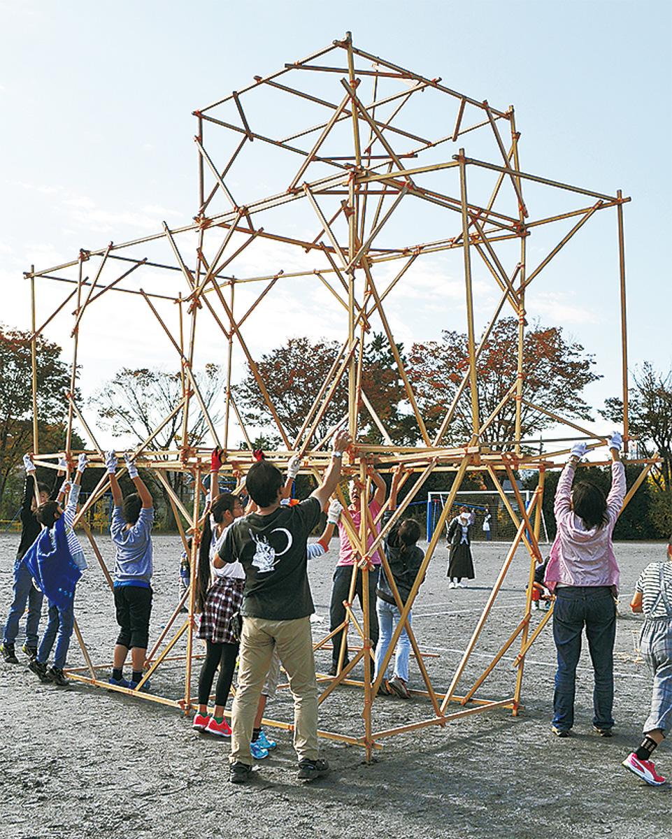 校庭に巨大な木造住宅