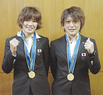アジア大会の金メダルを胸に笑顔を見せる川澄奈穂美選手(左)と上尾野辺めぐみ選手