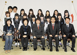 市長を表敬訪問した生徒たち