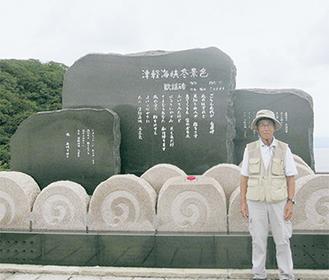 奥州街道の終着点「竜飛岬」に立つ鮫島さん