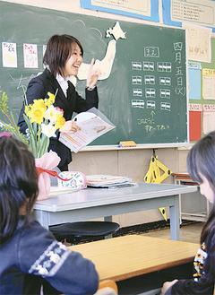 初めての教壇に立つ千葉さん =4月5日・下福田小