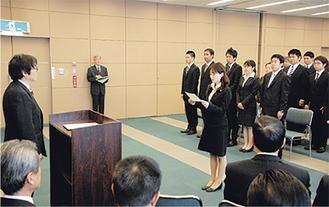 宣誓書を読み上げる新採用職員