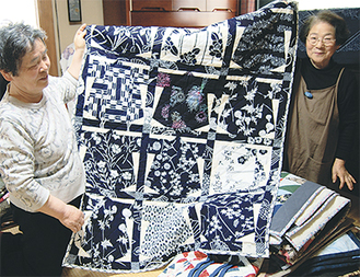 作品を広げる平原さん(左)と條川さん(右)