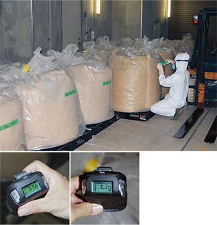施設内の各所に仮置きされている袋詰めされた焼却灰。1袋は約600kg。1日で2袋分の焼却灰が排出される。袋に近づいて放射線量を計測すると1・75マイクロシーベルト(写真右下)を示すが、1メートルほど離れると0・56マイクロシーベルト(写真左下)まで下がる。=北部浄化センターで6月22日に撮影