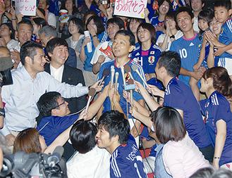 優勝後、報道陣に囲まれる川澄選手の父・守弘さん