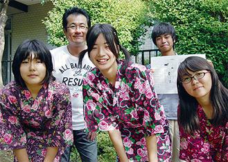 (前列)分別ソングを歌う渡辺さん、川合さん、松浦さん後列左は高橋さん、右は漫画を描いた根岸くん