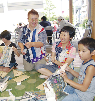 子どもたちと楽しむ永田さん(左から二人目)