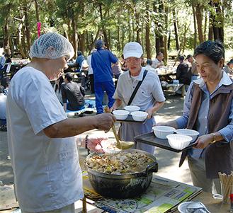 250人前の芋煮がふるまわれた