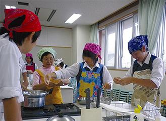 小麦粉で団子を作る生徒