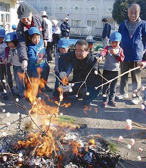 手作りのお団子を焼く園児と地域の人たち