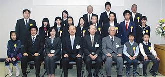 市役所に集合した成績表彰を受けた教育功労者たち