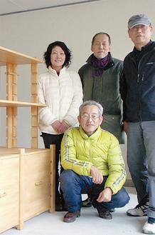 製作した木製備品中央が伊藤さん