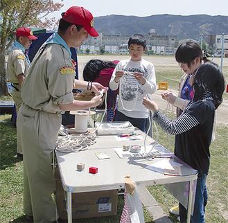石巻市内で子どもたちと遊ぶボーイスカウトの指導者。1回あたり20〜40人の隊を編成して現地に入る。(写真提供/福田寛さん)