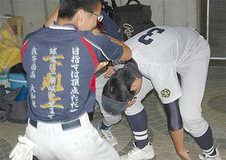 横浜戦終了後、泣き崩れるレギュラーメンバーを励ます大和南の選手(7月21日・平塚球場)