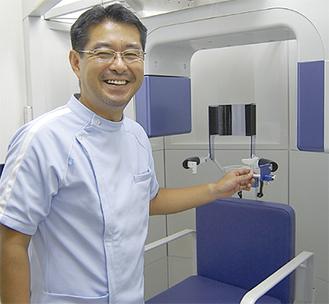 歯科用CTを説明する田中院長