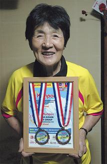 2つの銅メダルを手に笑顔の中丸さん