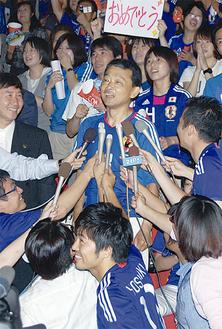 W杯決勝戦パブリックビューイングの様子中央は川澄奈穂美選手の父・守弘さん