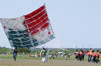 大凧が揚がる瞬間を見ようと数万人が来場する※写真は昨年