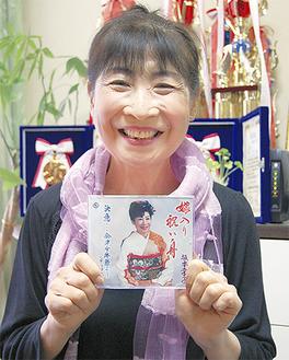 CDを手に笑顔の坂本さん