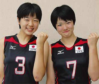 日本代表のユニフォームで世界大会での健闘を誓う宮本菜月選手(左)と白井美沙紀選手