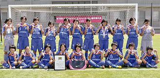 銅メダルを手に笑顔を見せる大和シルフィードの選手たち