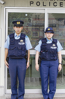 大和駅交番に勤務する井波英世警部補(左)と大塚麻衣巡査部長