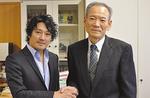 小川校長(右)と握手する近藤さん(左)