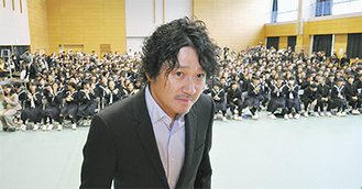 近藤さんの登場で体育館が歓声に包まれた
