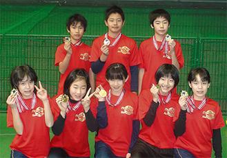 メダルを手に笑顔を見せる大城玲二君、星太平君、牛山仁太郎君、安井思帆さん、小川彩さん、鈴木萌さん、入内嶋秀香さん、安井茶帆さん