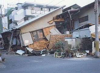 阪神大震災で倒壊した木造住宅