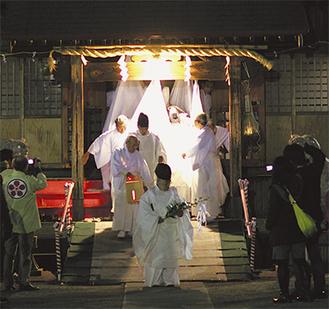 ご神体を移す儀式が厳かに行われた=Daniel Voellingerさん撮影(無料地域情報誌くるず提供)