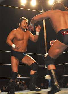 迫力ある試合を見せた諏訪魔選手(左)