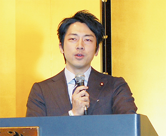 講演を行う小泉進次郎氏