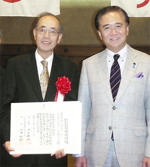 大濱会長(左)と黒岩祐治神奈川県知事=6日神奈川県本庁舎