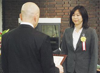 青蔭文雄教育委員長から表彰状が贈られた