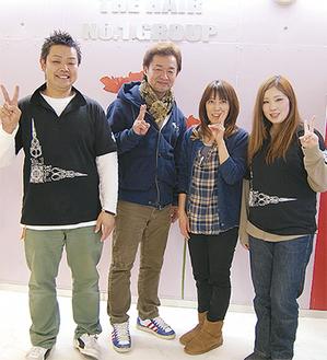 Vサインの柴田忠弘代表(左から2番目)=ナンバーワンクラブ上和田本店