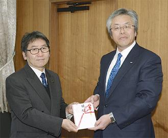 大木市長に目録を手渡す鶴井常務理事(右)