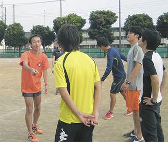 講師の佐藤さん(左)に走り方を学ぶ教員たち