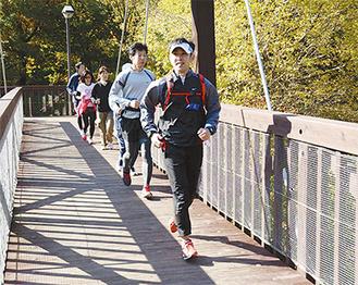 周辺の景色を楽しみながらゆったりと走る参加者
