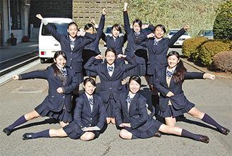 笑顔をポーズを決めるダンス部のメンバー